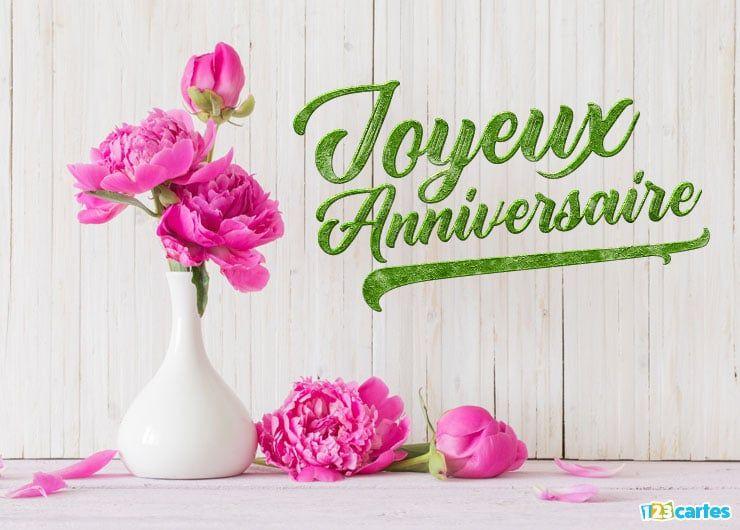 Fleurs de pivoines dans un vase original blanc avec le texte joyeux  anniversaire , carte anniversaire