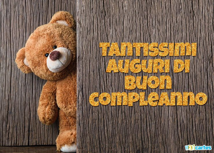 mignon ours en peluche se cache derrière une porte avec joyeux anniversaire en Italien