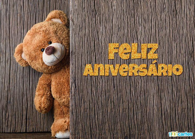 mignon ours en peluche se cache derrière une porte avec joyeux anniversaire en Portugais