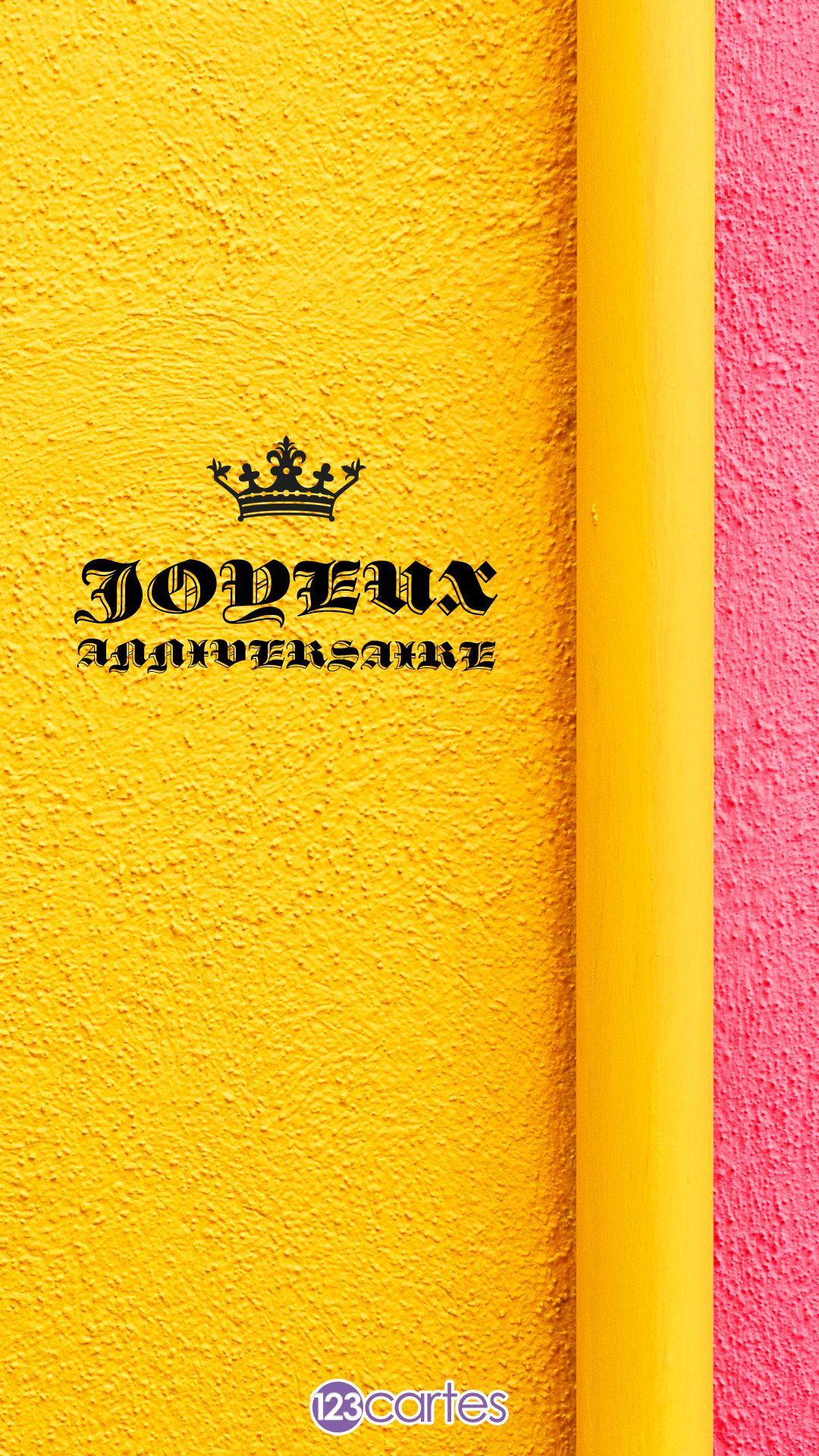 Mur peint en jaune et rose avec le texte joyeux anniversaire