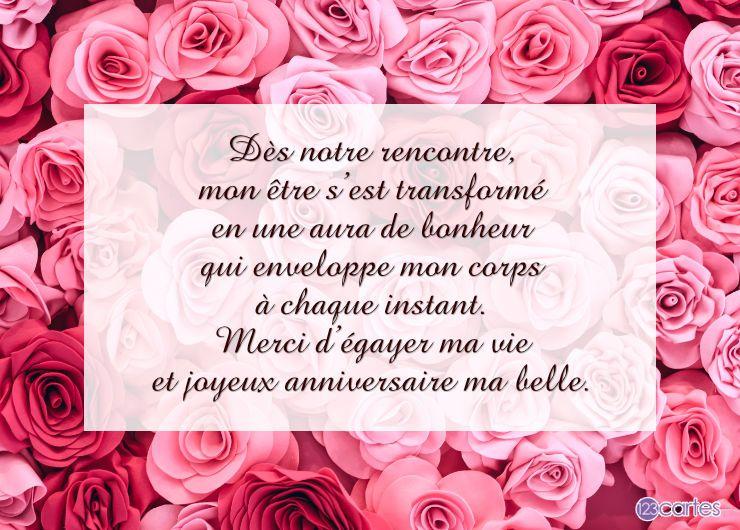 plusieurs roses qui couvrent toute l'image de couleur rose et rouge avec un joli texte d'amour pour souhaiter joyeux anniversaire à une femme
