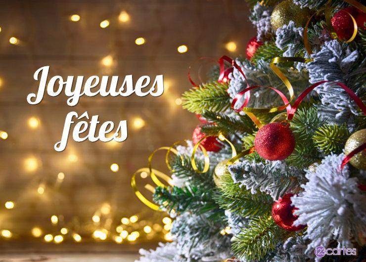 decoration arbre noël sur un fond de guirlandes lumineuses - joyeuses fêtes