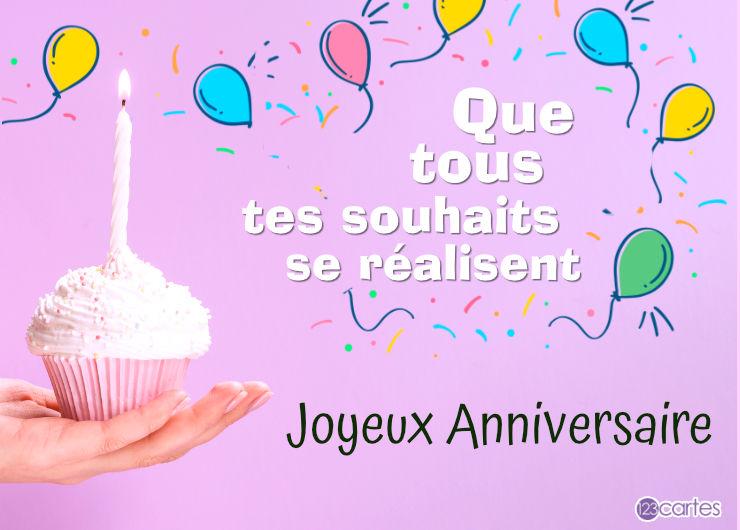 une main qui tient un cake avec une bougie allumée et un joli texte anniversaire pour femme